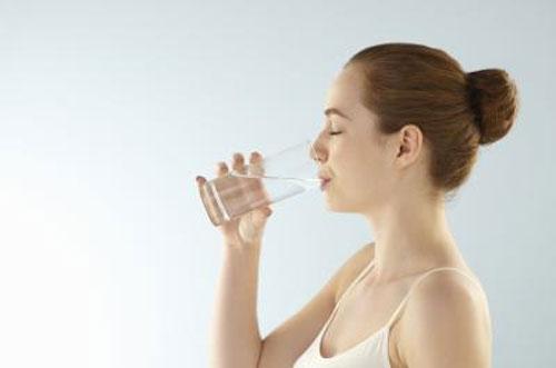 Uống đủ nước là cách trị sẹo lồi lâu năm