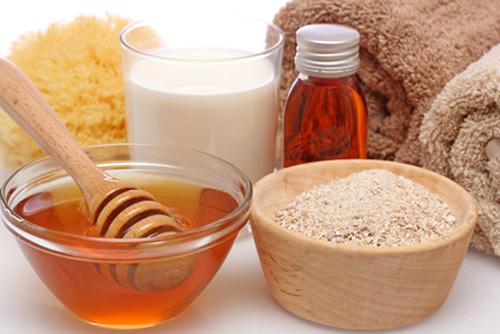 Bột yến mạch và mật ong dùng làm se khít lỗ chân lông