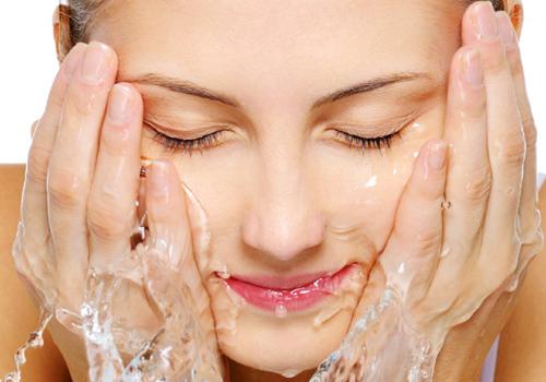 Rửa mặt hàng ngày giúp làm se khít lỗ chân lông trên mặt