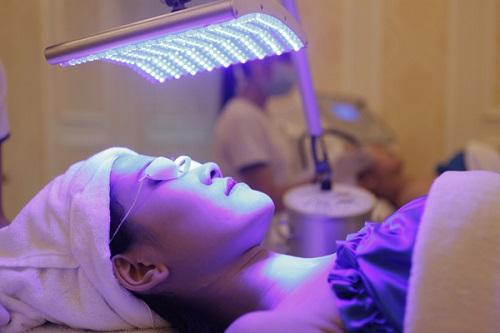 Cách điều trị mụn dưới da bằng công nghệ Blue Light